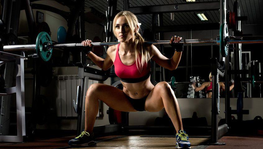 vrouw in de sportschool oefeningen