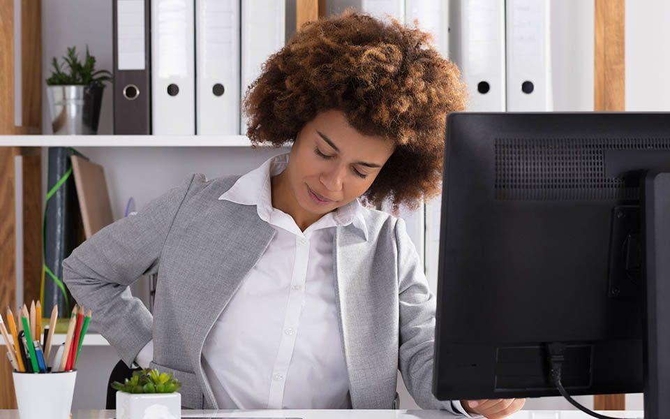 Vrouw zit achter bureau